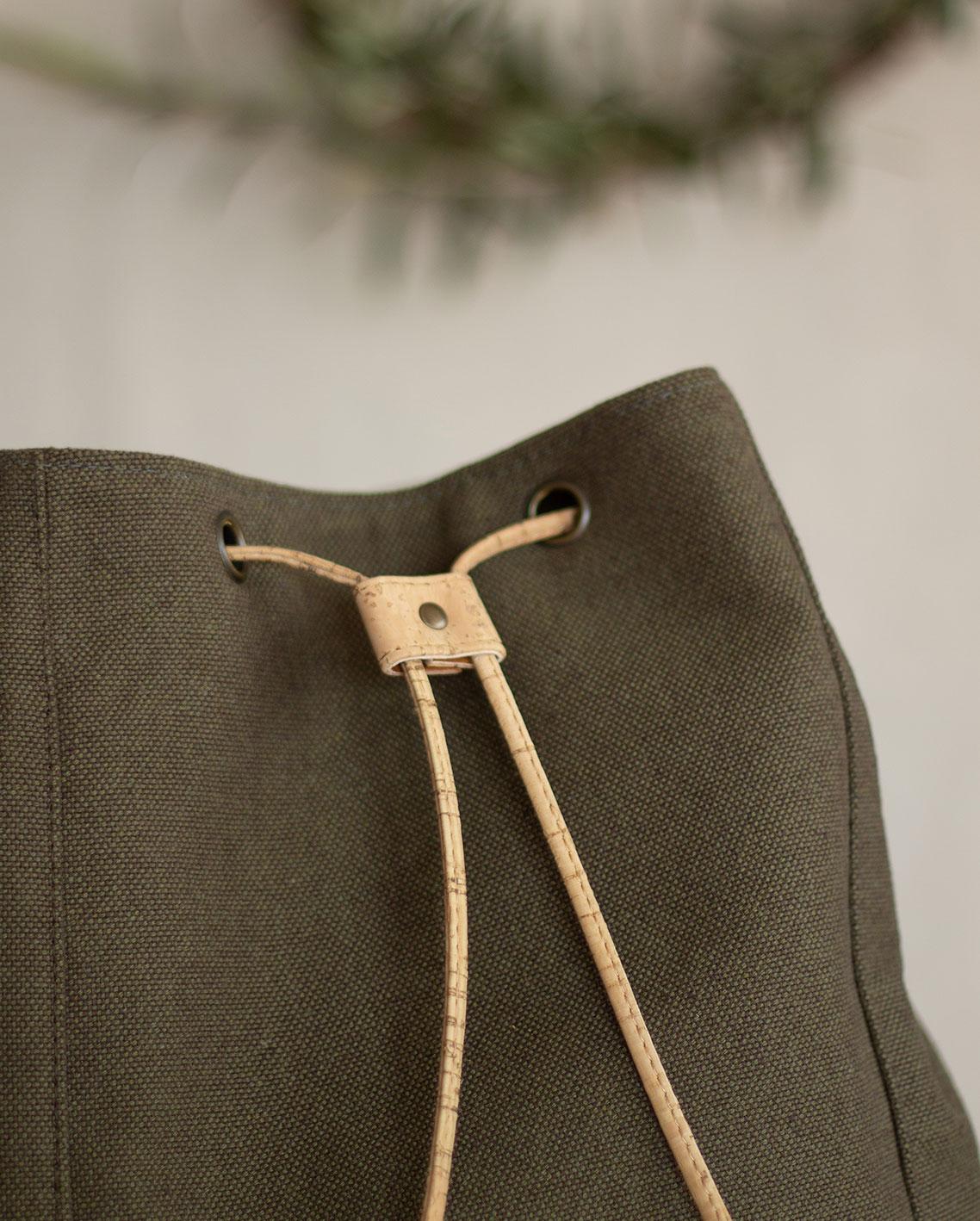 mochila-hombre-de-tela-detalle